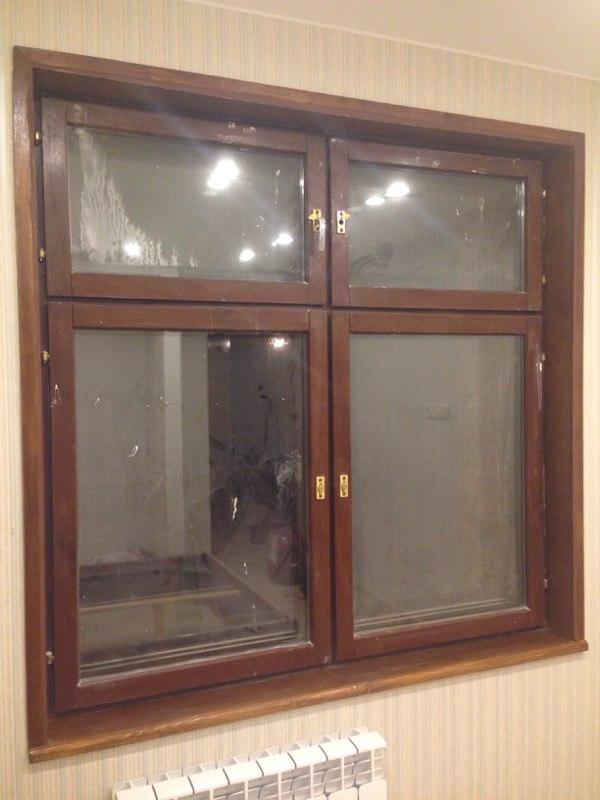 Деревянное окно с деревянными откосами, уголками и подоконником