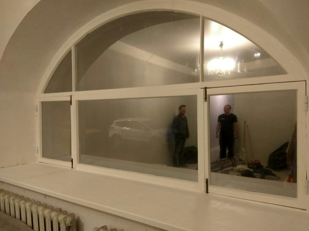 Большое арочное деревянное окно после реставрации, вид изнутри