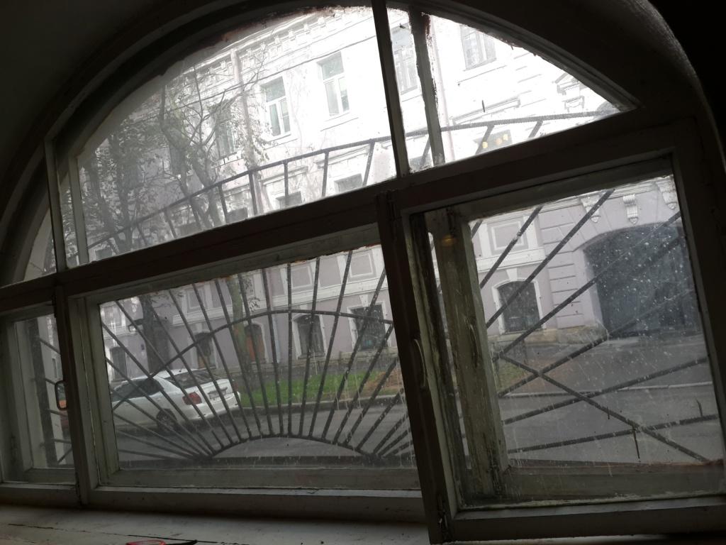 Большое арочное деревянное окно перед реставрацией