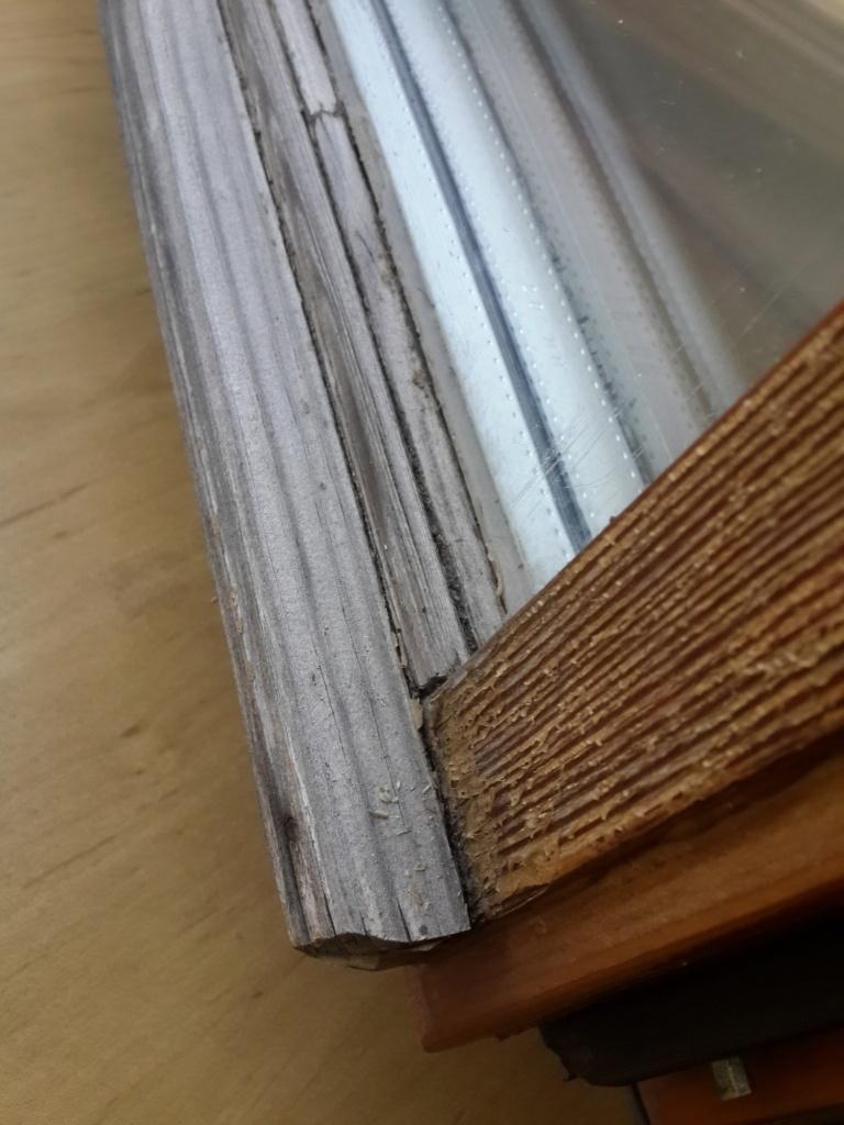 Деревянное евроокно до реставрации - испорченное покрытие