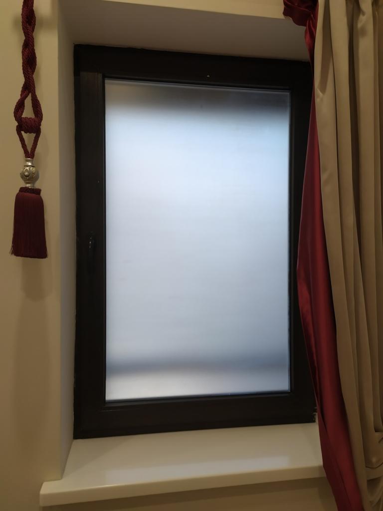 Окно с наклеенной матовой пленкой