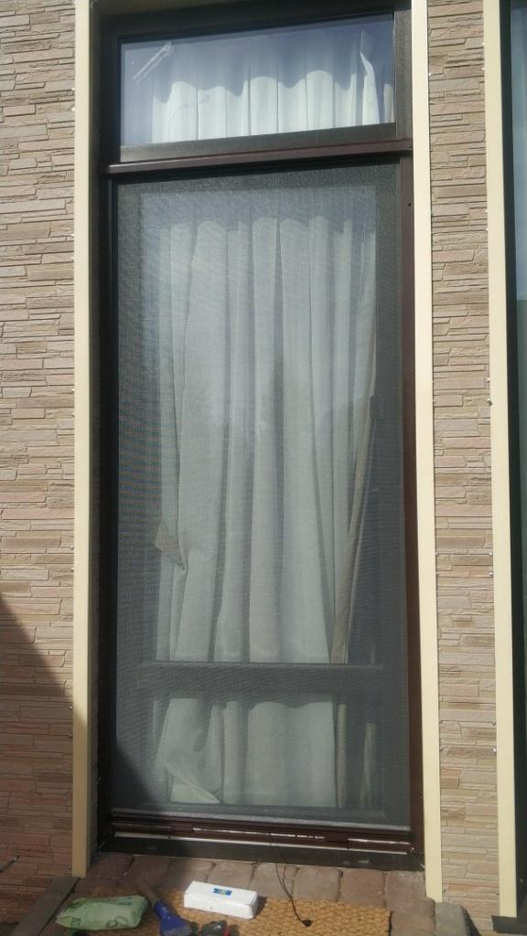 Рулонная москитная сетка на дверь - ЗАКРЫТОЕ состояние