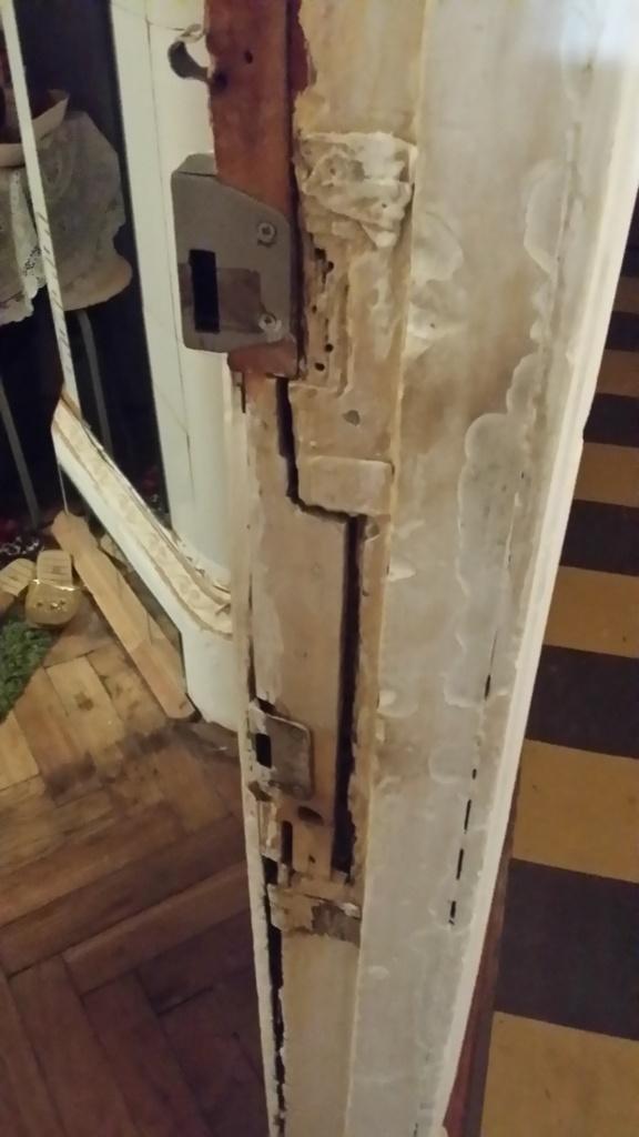 Входная деревянная дверь до реставрации
