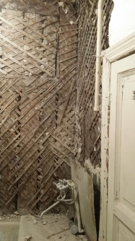 Обвалилась стена в ванной