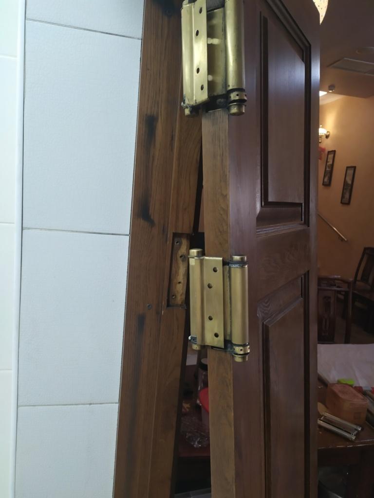 Сломанные барные петли в ресторане до ремонта