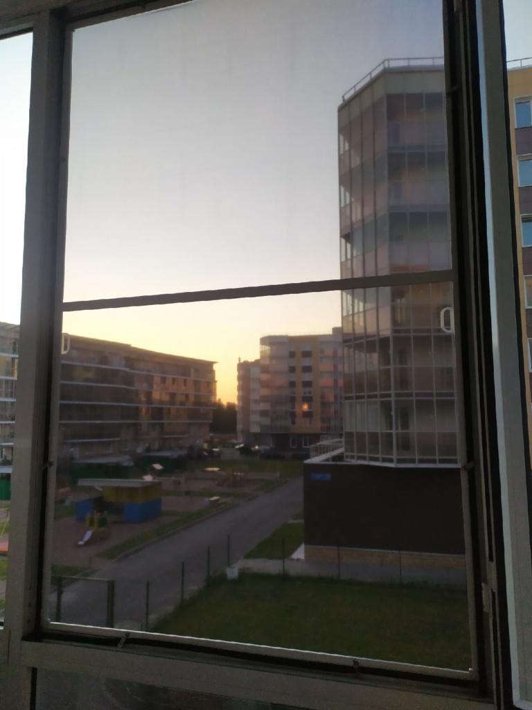 Фильтр антипыль в окне, вид изнутри в вечернее время