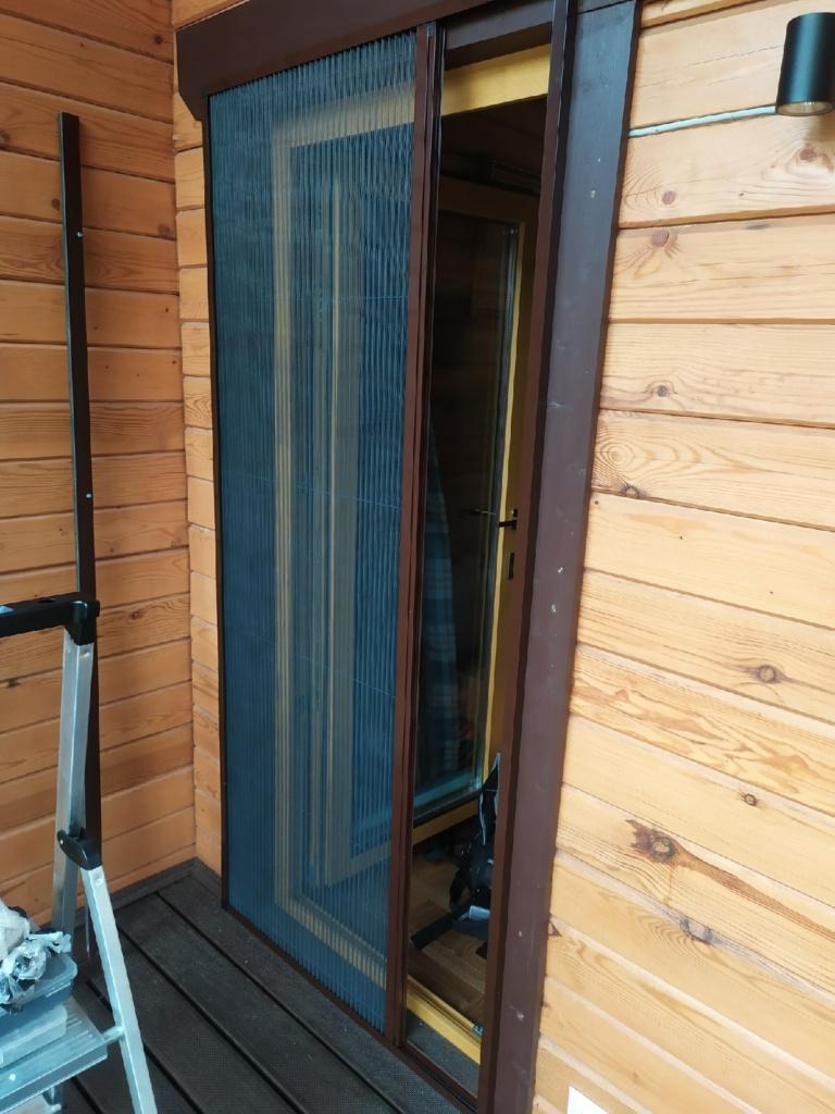 Приоткрытая москитная дверь плиссе