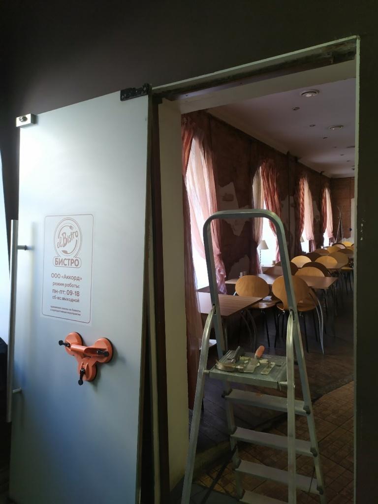 Пересборка и усиление креплений стеклянной двери