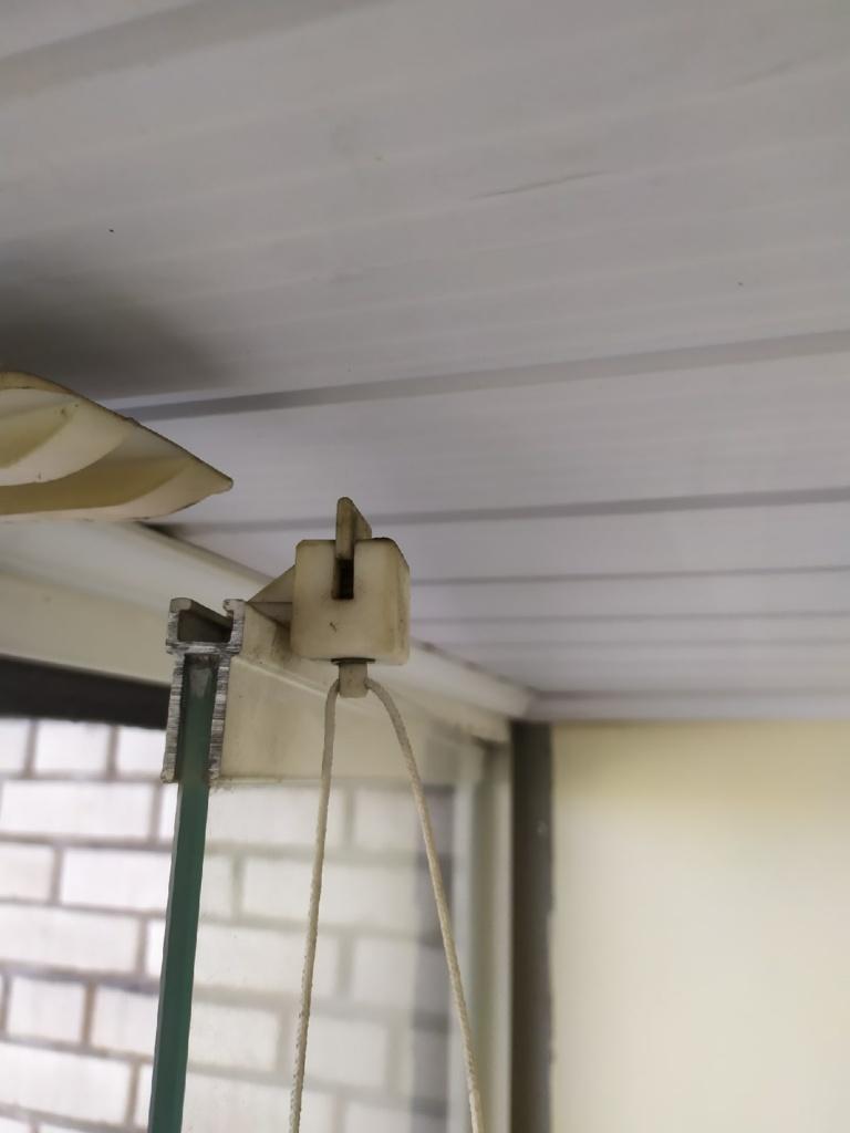 Сломанный пластиковый блокиратор открывания безрамного остекления Delihome