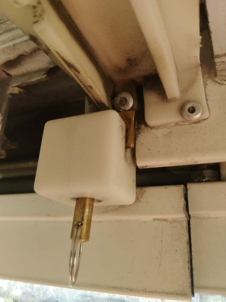 Металлический блокиратор для безрамного остекления Delihome нашего производства